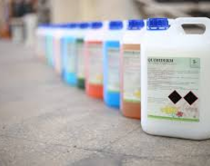 ¿Qué legislación se aplica a los detergentes y desinfectantes utilizados en el ámbito alimentario?